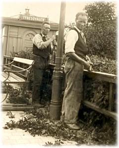 Karl Lindqvist klipper häcken vid hållplats Tyresövägen, 1927.