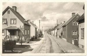 Tistelvägen 31, mörka huset till höger