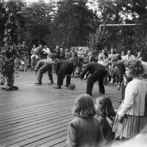 Midsommarlekar 1948 på dansbanan.