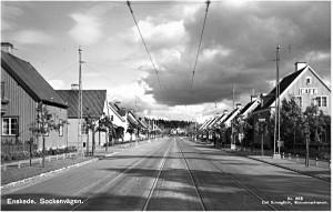Linje 8 mot Skarpnäck, Sockenvägen. Notera matstället  som hade spårvägspersonal som stamgäster. 1930-tal?