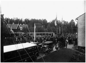 Linje 8, vändplan i Skarpnäck, invigning av södertunneln 1933. Husen i bakgrund ligger på ömse sidor om dåvarande Sockenvägen.