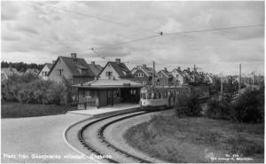 Linje 8 vid vändplanen i Skarpnäck, nuvarande förskolan på Talmansgränd. Husen i bakgrunden är Tistelvägen.