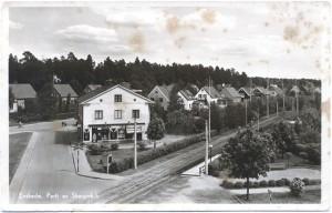 Linje 8 i korsningen Tyresövägen–Sockenvägen, station Tyresövägen.