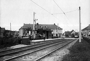Linje 8, station Tyresövägen. Konsum syns i bakgrunden med ingång till mjölkavdelningen. 1931.