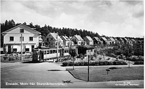 Linje 8 i korsningen Tyresövägen–Sockenvägen, station Tyresövägen. Stationshuset fanns kvar tills nedläggningen.