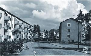 Arkövägen  mot Kärrtorpsvägen. Se den lilla pojken som har vält med sin trehjuling.