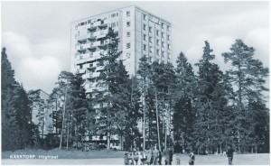 Höghuset i Kärrtorp från andra hållet, från bollplanen.