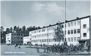 Skarpnäcks nya skola. Se hur stora cyklar barnen hade.