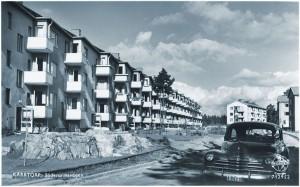 Söderarmsvägen står det på vykortet, men sådana hus finns inte på den gatan, däremot på Fyrskeppsvägen öster om Söderarmsvägen!