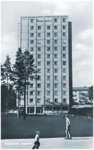 Höghuset på Kärrtorpsplan, hårt retuscherat, fotograferat innan planen var anlagd.